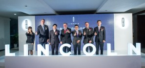 Kumar Galhotra, president of Lincoln (center), Robert Parker, president of Lincoln China (right) and dealership representatives celebrate the opening of the Beijing Furui Lincoln store.