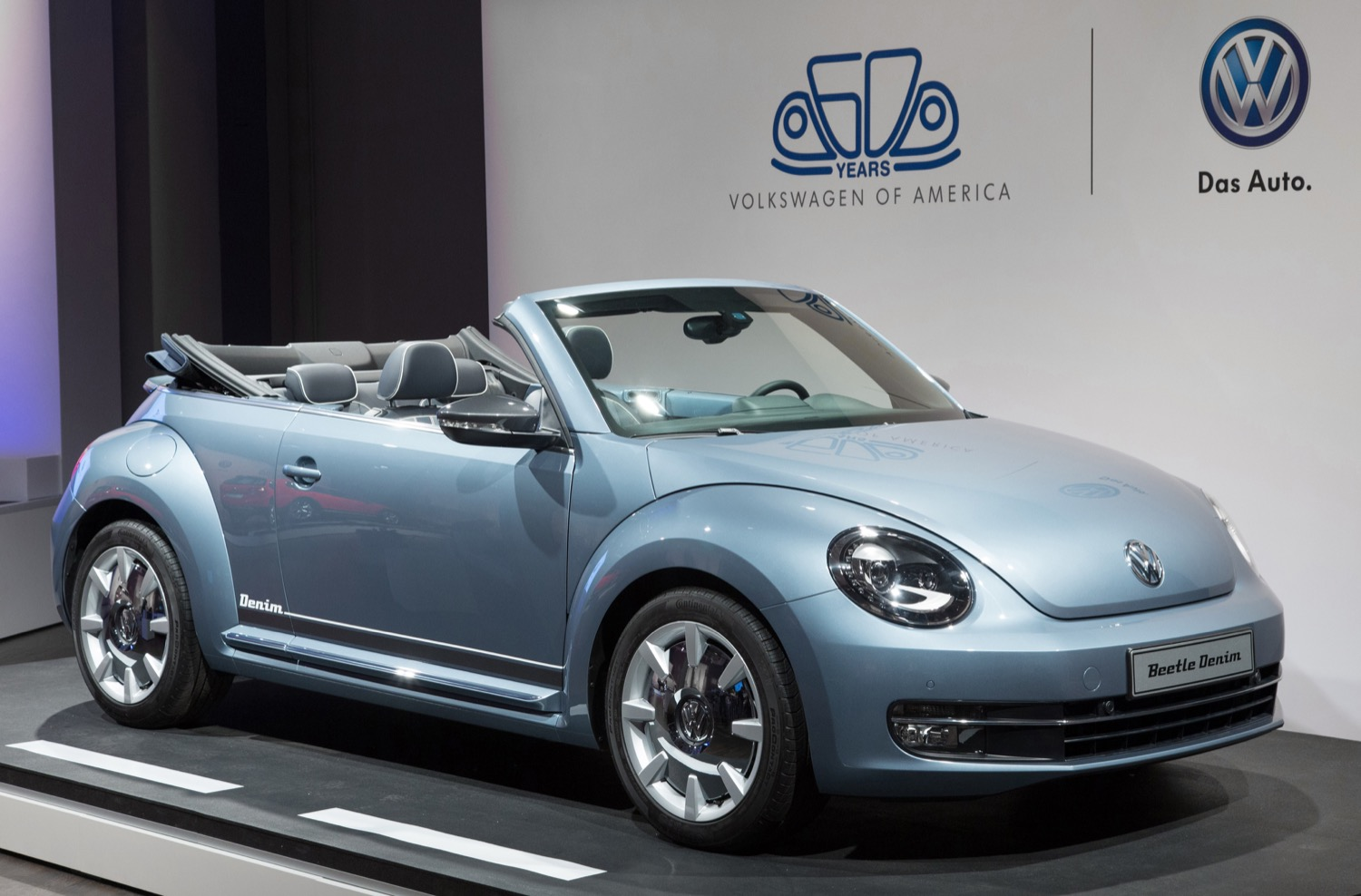 Volkswagen beetle convertible denim concept 02 new york international auto show 2015